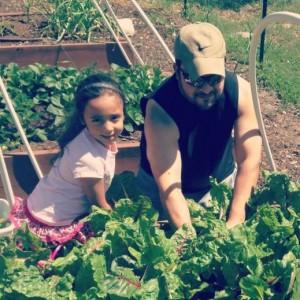 Tom et sa fille Laïla dans leur jardin bio